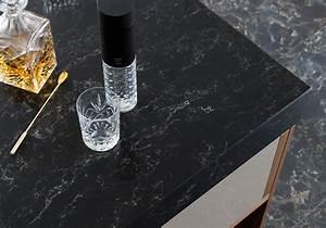 Un plan de travail en quartz noir pour une cuisine tres for Decoration pour jardin exterieur 5 cuisine quartz noir
