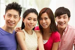 Entspannen Zu Hause : gruppe junge chinesische freunde die sich zu hause entspannen stockbild bild von vier ~ Buech-reservation.com Haus und Dekorationen