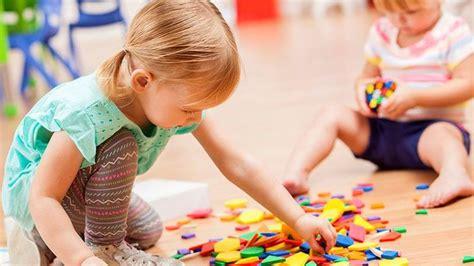 Niños crean cuentos actividades grupales e individuales ¡divertidas, creativas y sencillas! Niñas jugando con puzzles. (con imágenes) | Cuidado infantil, Juegos educativos para niños ...
