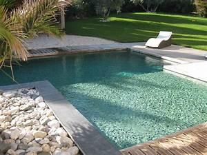 Couleur d39eau piscine verte en pates de verre vert profond for Quelle couleur avec le bleu 10 piscine de couleur noire en pierre volcanique carrelage et