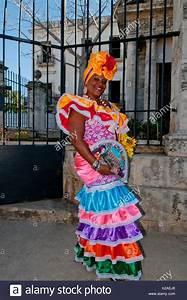 Kleidung Hochzeitsgast Frau : kubanische frau in traditioneller kleidung in den stra en von havanna kuba stockfoto bild ~ Frokenaadalensverden.com Haus und Dekorationen