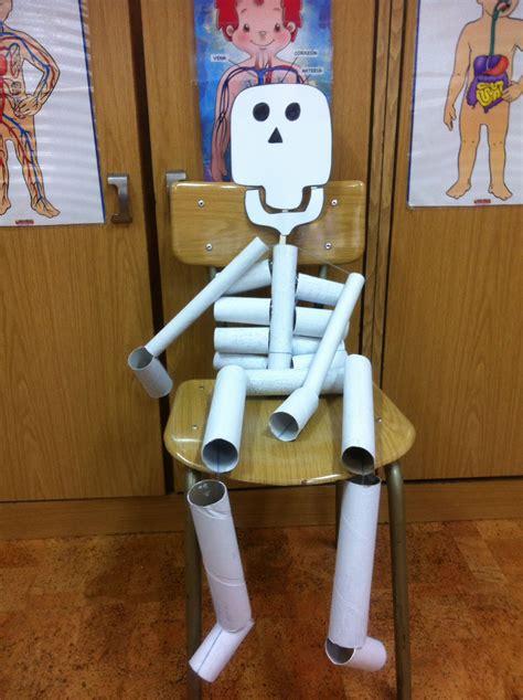 esqueleto hecho con rollos de papel higi 233 nico y de cocina