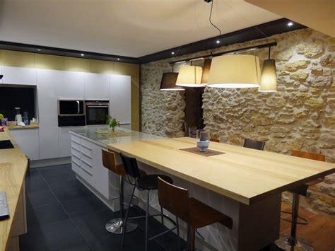 mur en cuisine cuisine laquée blanche et bois frêne massif carrelage