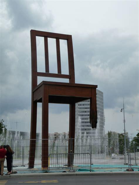 chaise cassée la chaise cassee ève de lyon en large
