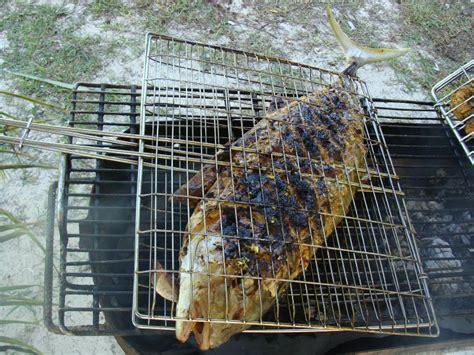 la cuisine est un enorme poisson grillé barbecue sur la plage seychelles