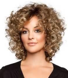coupe cheveux frises idées coupes coiffures visage rond cheveux bouclés conseils visagisme et photos beautiful