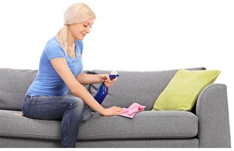 nettoyer canapé tissus nettoyer et entretenir un canapé ou fauteuil en tissu