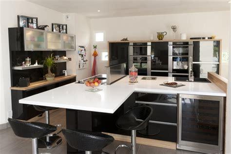 photo de cuisine moderne cuisine noir et blanc et bois