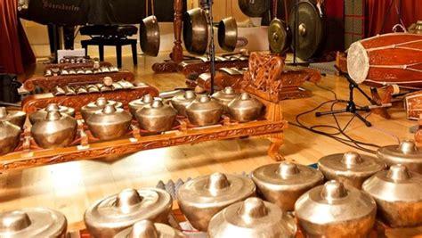 Alat musik merupakan suatu instrumen yang dibuat atau dimodifikasi untuk tujuan menghasilkan musik. FUNGSI ALAT MUSIK KENDANG (GENDANG) DAN CARA MEMAINKANNYA | Harian Nusantara