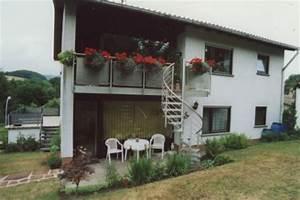 Sonstiges sichtschutzelement mit einer treppe in den for Französischer balkon mit treppe garten