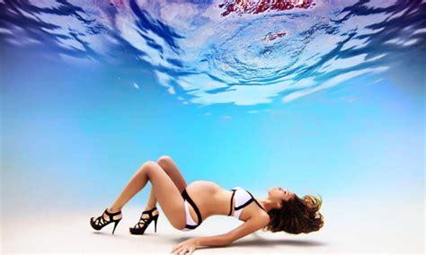Takut Dia Hamil Foto Foto Ibu Hamil Berpose Seksi Di Dalam Air
