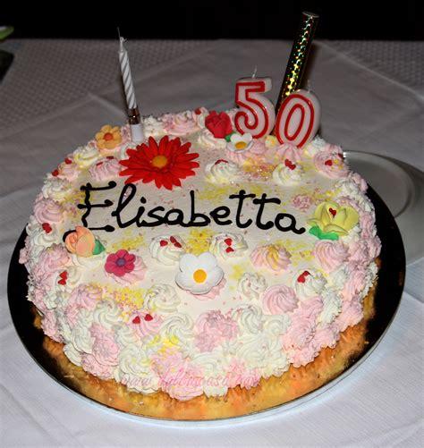 candele per torte di compleanno torta di compleanno decorata con panna fiori e candele