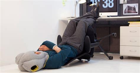 coussin sieste bureau ostrichpillow le coussin pour les siestes au bureau