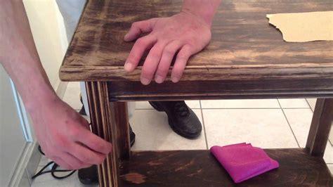 customiser des meubles de cuisine décaper un vieux meuble conseil restauration bois
