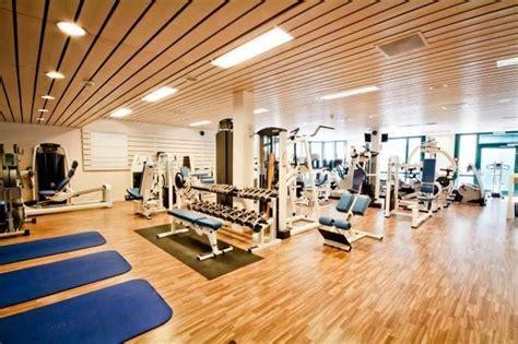 salle de sport qui recrute qui conna 238 t une bonne salle de sport 224 li 232 ge avec des coachs pour aider ou des gens pour s