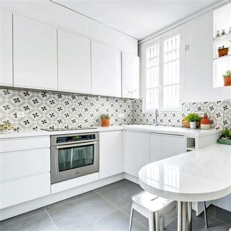 credence cuisine blanche cuisine cr 233 dence en carreaux de ciment c 244 t 233 maison