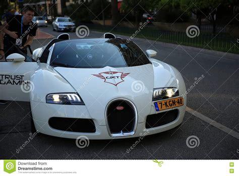 La supercar remporta en effet un nouveau record du monde de vitesse. White Bugatti Veyron 16.4 Grand Sport Editorial Image - Image of group, sport: 71972235