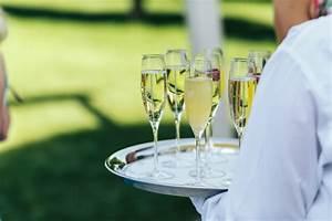 Tablett Mit Foto : kellner im wei en chirt h lt ein tablett mit champagnerfl ten download der kostenlosen fotos ~ Orissabook.com Haus und Dekorationen