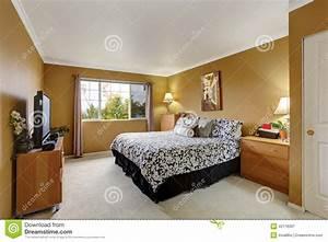 inteior de chambre a coucher dans la couleur de moutarde With couleur de la chambre