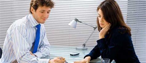 bureau deux personnes entretiens d 39 évaluation des salariés comment faire un