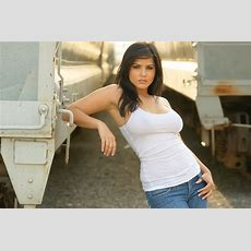 Sunny Leone Wallpapers In Tshirt & Jeans