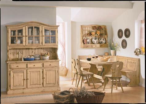 mobili in legno di pino zona giorno arredata con mobili rustici in legno di pino