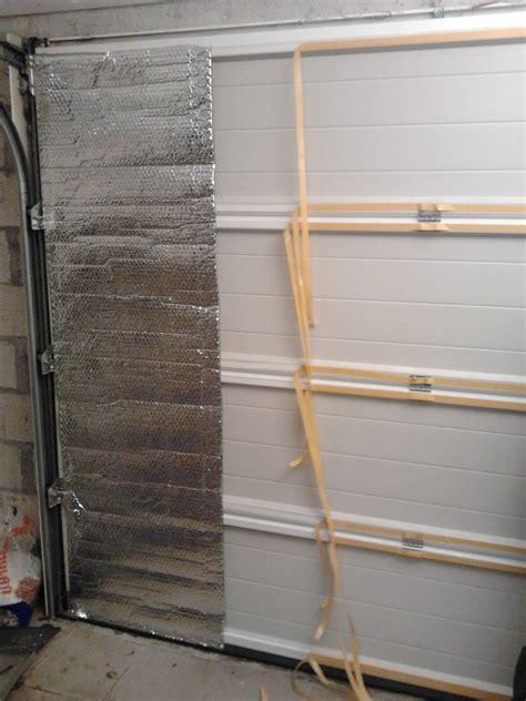 isoler un garage pour faire une chambre isoler une porte de garage avec du à bulles aluminisé