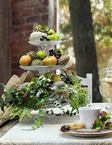 Tischläufer Von Sander : etagere selbstgebaut aus mehreren tortenplatten und trinkg sern mit herbstlicher dekoration ~ Markanthonyermac.com Haus und Dekorationen