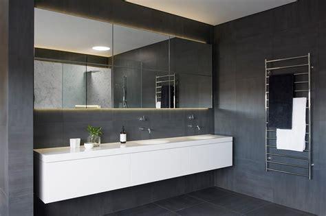 Ultra Moderne Badezimmer by Award Winning Monochromatic Bathroom By Minosa Design