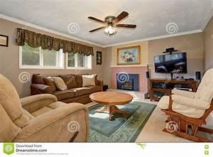 Wohnzimmer Mit Brauner Couch : typisches amerikanisches wohnzimmer mit brauner couch und kamin stockbild bild 74957013 ~ Markanthonyermac.com Haus und Dekorationen