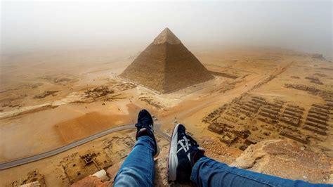 tourist erklimmt die pyramide von gizeh video auf