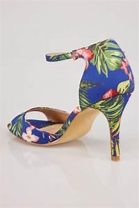 Niebieskie sandały na obcasie w kolorowe, tropikalne wzory ...
