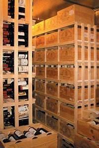 une cave a vins avec des casiers a bouteilles en bois With meuble pour cave a vin