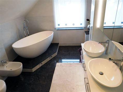 Kleine Bäder Mit Badewanne by Kleines Badezimmer Mit Der Freistehenden Badewanne Piemont