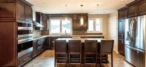 comptoire de cuisine cuisine classique foncée avec comptoirs de quartz