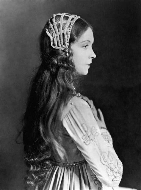 Classify American actress Lillian Gish