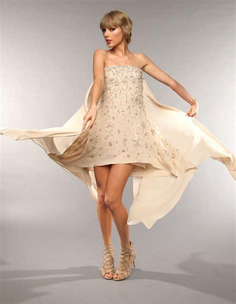 De tomara-que-caia, Taylor Swift deixa pernas à mostra em ...