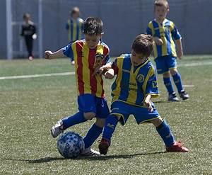 Niños jugando al futbol   Flickr - Photo Sharing!