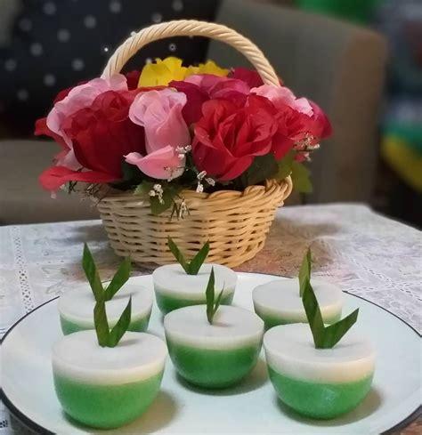 Rebus santan dengan gula pasir, garam, daun pandan, dan pasta pandan sampai hangat (tidak sampai mendidih). Cara Membuat Kue Talam Pandan