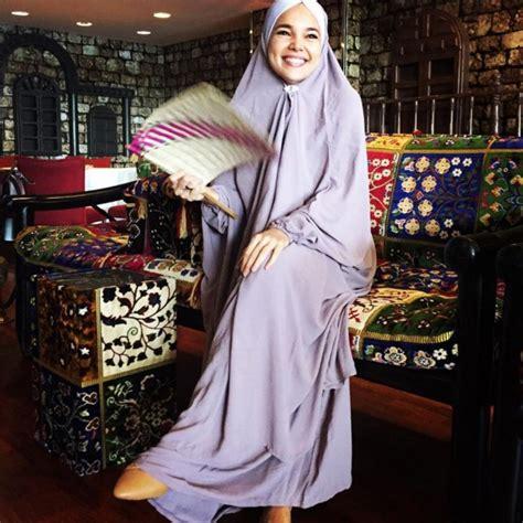 foto pakai hijab syari dewi sandra makin cantik