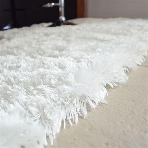 tapis pop poils longs blanc neige decoweb com