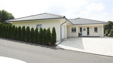Moderne Häuser Dach by Fingerhut Bungalow Einfamilienhaus Hell Verputzt Schwarzes