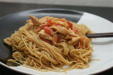 cuisine au wok poulet nouilles sautées poivrons poulet fourchett es