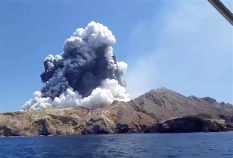 signs  life   zealand volcano island