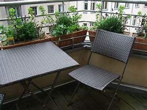 Tisch Für Balkongeländer : kleinen balkon gestalten ideen zur versch nerung ~ Whattoseeinmadrid.com Haus und Dekorationen