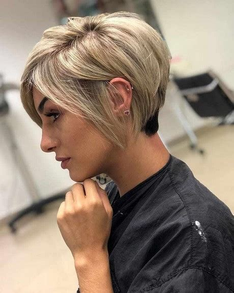Kapsels on pinterest   blonde short hair bang hairstyles and google. Korte kapsels boblijn 2020