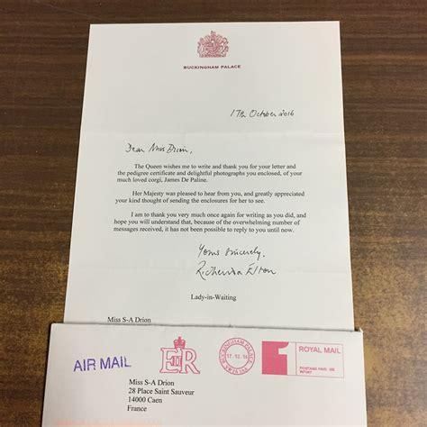 image bureau de vote un chien français reçoit une lettre de la reine d