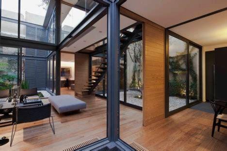 gleaming glass  house   green courtyards designs ideas  dornob