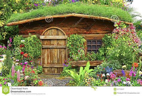 giardino autunno giardino di autunno con la casa o la capanna di legno