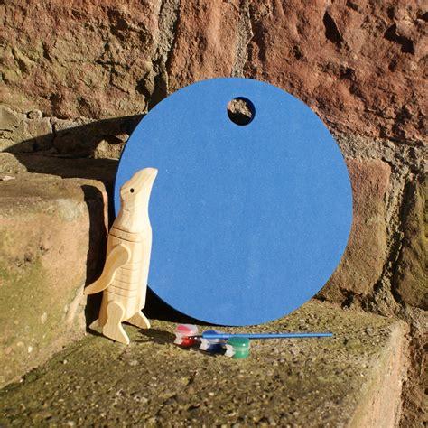 holz pinguin mit blauem waldkindergarten sitzkissen
